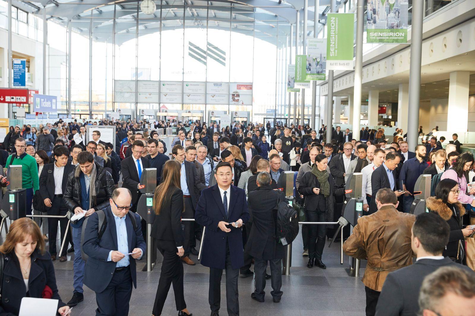 독일 뮌헨 국제 전자부품 박람회(electronica)에서 입장하고 있는 참관객들 모습입니다.