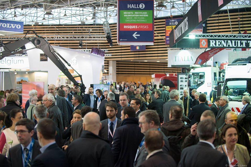 프랑스 리옹 환경 산업 박람회(Pollutec) 전시장에서 참가기업 부스를 둘러보고 있는 참관객들 모습입니다.