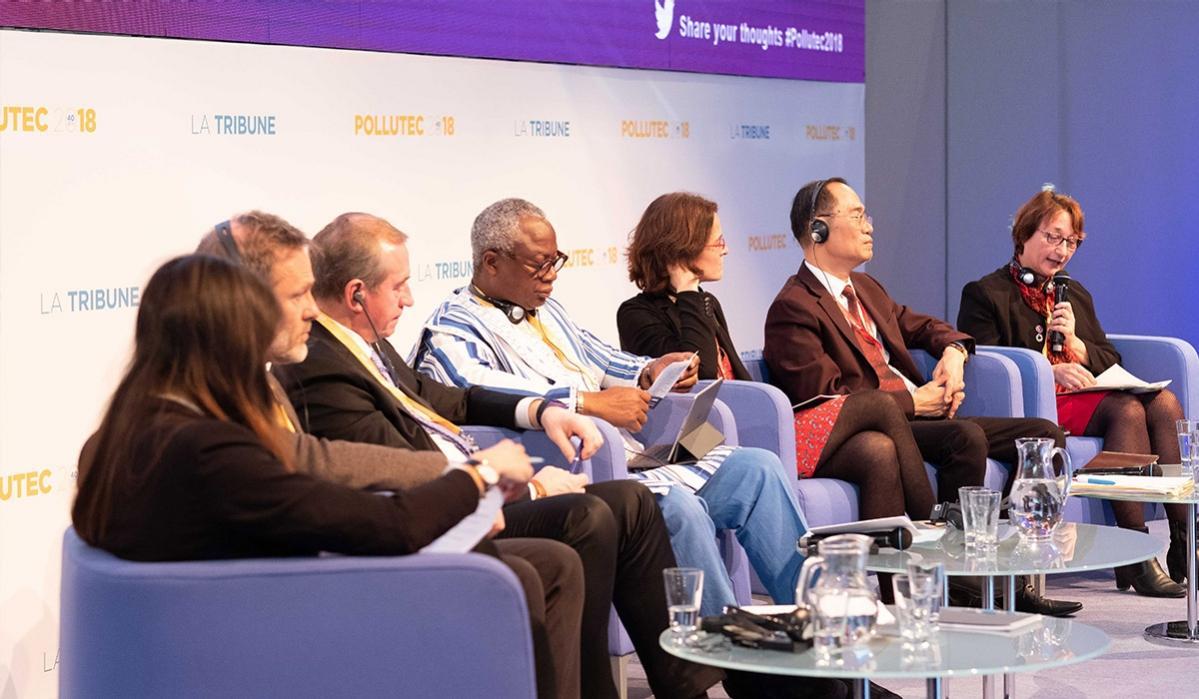프랑스 리옹 환경 산업 박람회(Pollutec)의 부대행사인 컨퍼런스에 참여한 연사들이 발언을 하고 있는 모습입니다.
