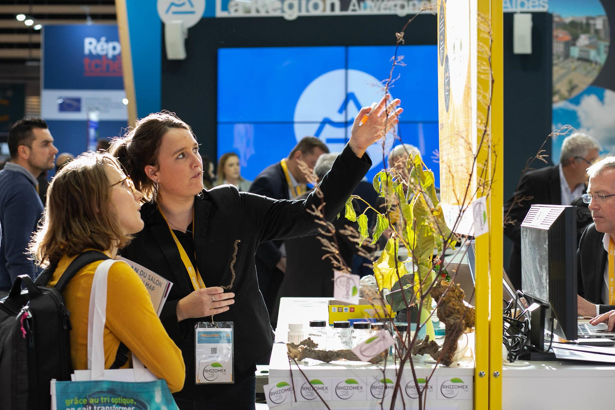프랑스 리옹 환경 산업 박람회(Pollutec)의 참가기업 부스에서 제품을 살펴보고 있는 참관객들입니다.